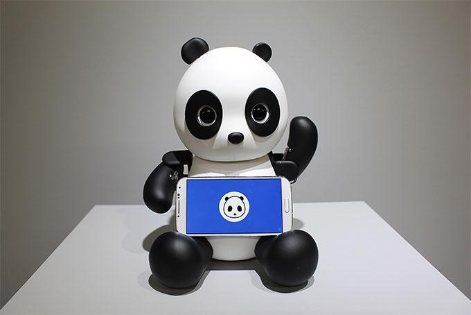 Nabi E.I. LAB  'Robo-Panda' 2016  resin, acrylic, smartphone, 9 servo-motors, microcontroller  Courtesy Nabi E.I. Lab